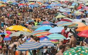 La playa de Levante de Salou repleta de turistas.