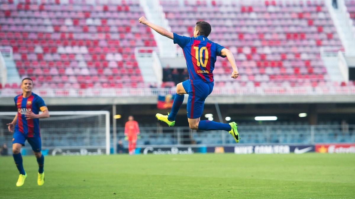 Jesús Alfaro celebra uno de sus goles con el Barça B al Eldense.