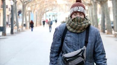 Un vecino de Manresa, en el paseo Pere III,protegido ante las bajas temperaturas.