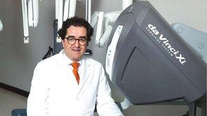 Joan Palou, jefe del servicio de Urología de la Fundació Puigvert, junto al robot Da Vinci con el que interviene.