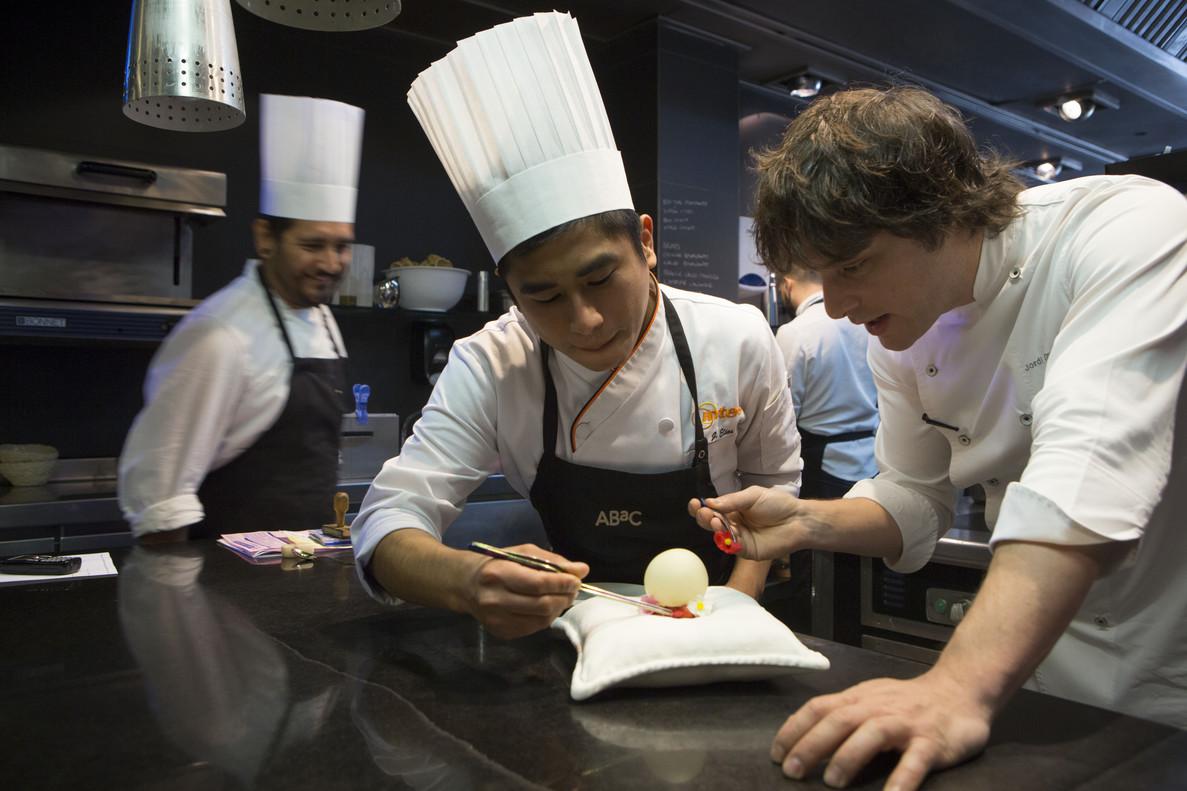 Jordi Cruz alecciona al peruano Elías, 'stagier' del restaurante Àbac, el martes.
