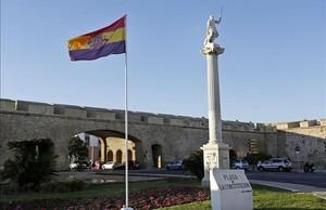 La bandera republicana izada en la Plaza Constitución de Cádiz.
