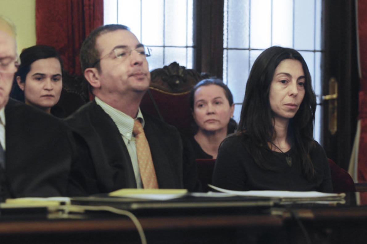 Las tres acusadas del asesinato de Isabel Carrasco: Montserrat León (centro, la autora confesa), su hija Triana Martínez (izquierda) y la agente de policía Raquel Gago, durante el juicio.