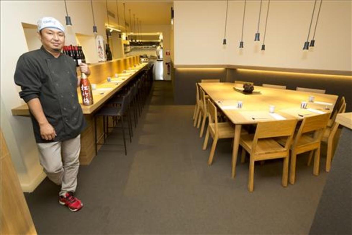 Kenji Ueno, en la barra del restaurante Aiueno. Foto: Josep Garcia