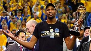 Kevin Durant, con el trofeo de MVP de la final de la NBA.
