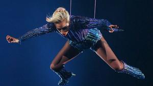 Una Lady Gaga voladora y patriótica prefirió morderse la lengua con Trump