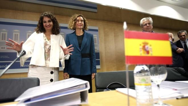 Las ministras de Hacienda, María Jesús Montero, y Política Territorial, Meritxell Batet, en el Consejo de Política Fiscal y Financiera.