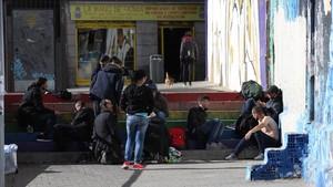 Un grupo de heroinómanos, consumen la droga en la plaza Nelson Mandela de Lavapiés el pasado jueves a plena luz del día.