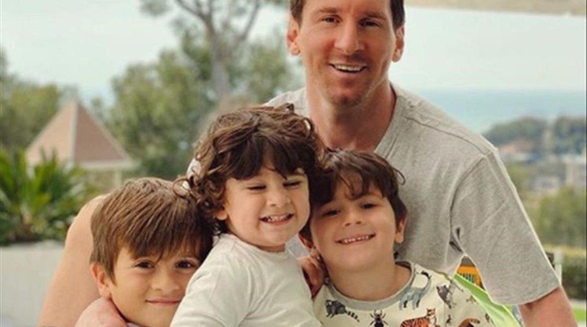 Leo Messi, con sus hijos, en la foto más reciente publicada por él, ya sin barba.
