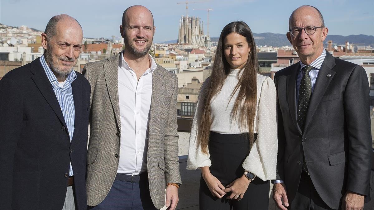De izquierda a derecha, Joan Oliveras, presidente de Bagués Masriera; el perfumista Jimmy Boyd, Sara Díaz, 'product manager' de Sagrada y Jordi Cardoner, vicepresidente del Barça.