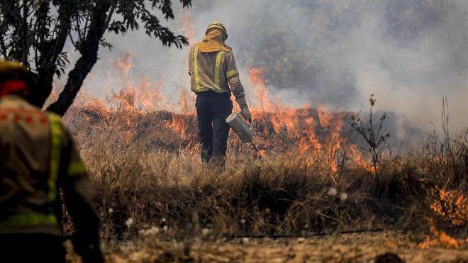 Un bomberotrabajando en el incendio.