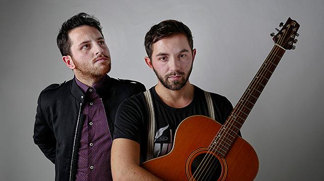 Los hermanos Alessio y Giancarlo Arena cantan Un nido en la garganta.