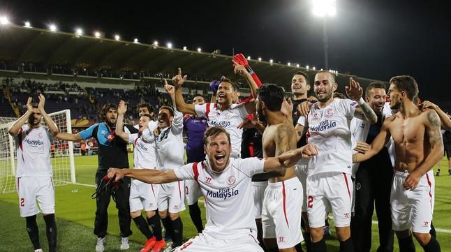 Los jugadores del Sevilla celebran la victoria ante la Fiorentina y el pase a la final de la Liga Europa.