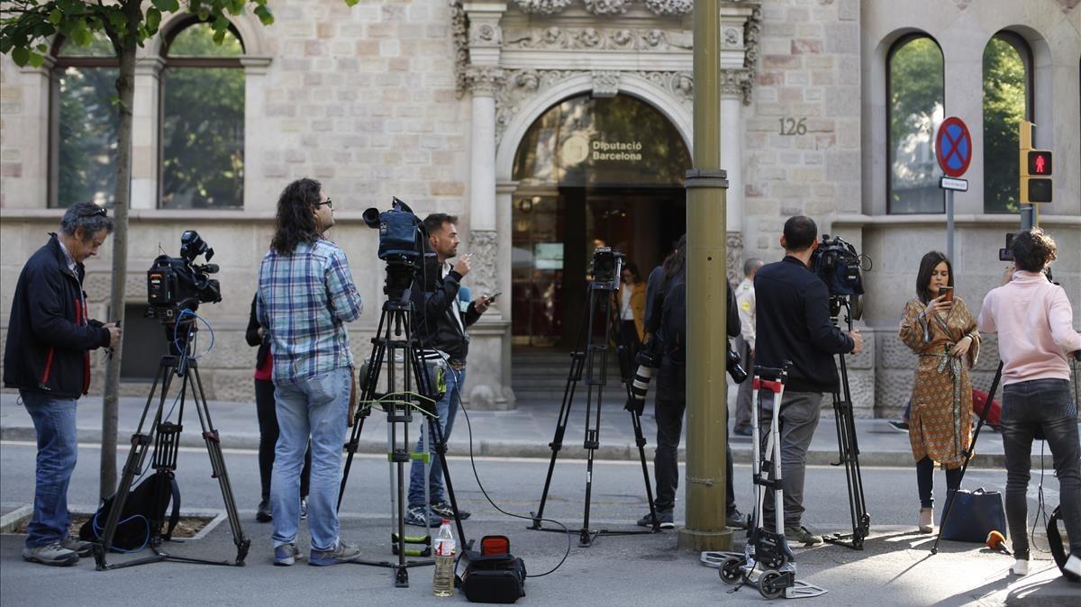 Los medios de comunicación frente a la Diputació de Barcelona.