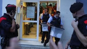 Los Mossos se llevande un colegio de Barcelonalas urnas del referendum del 1 de octubre del 2017.