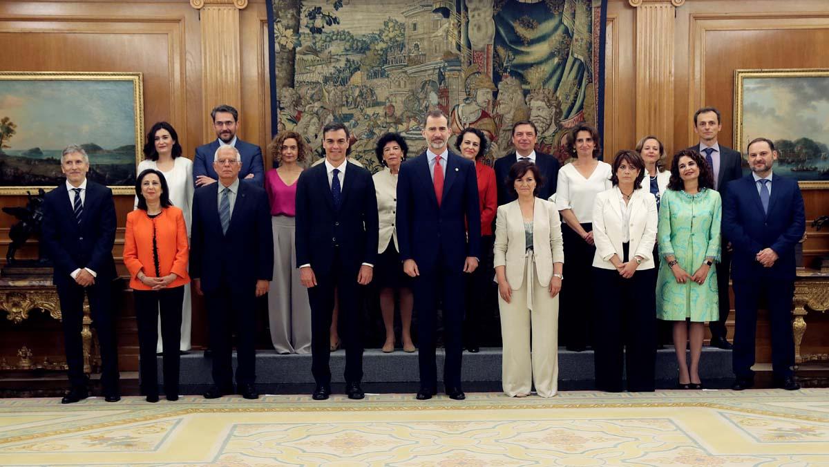 Los nuevos ministros de Pedro Sánchez prometen sus cargos ante el Rey.