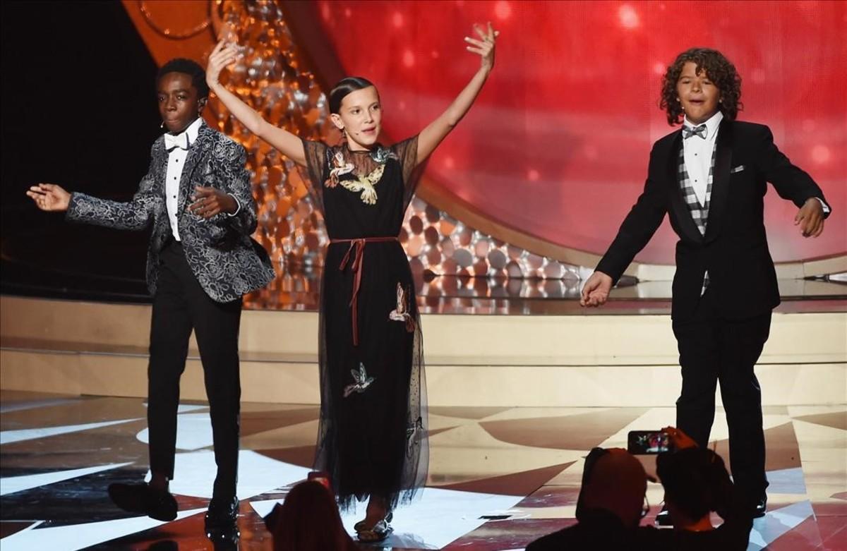 Los pequeños actores de la serie Strangerthings, durante su número en la gala de los premios Emmy.