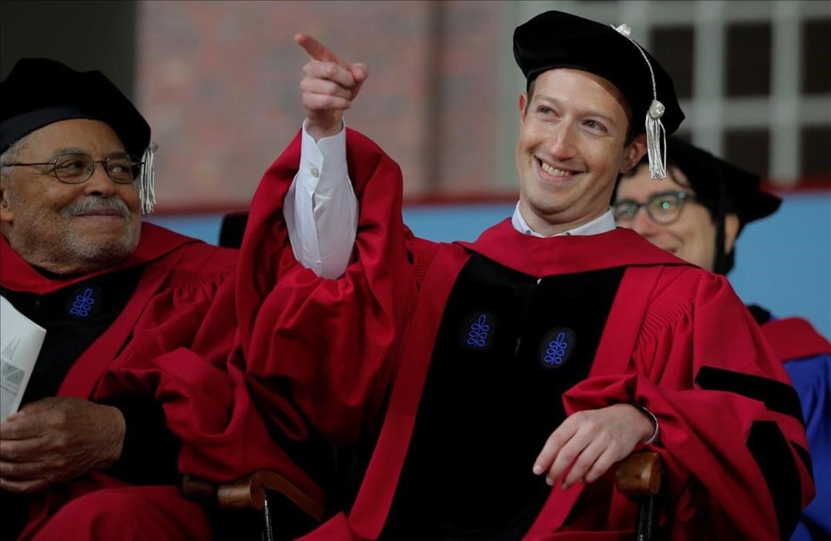 lpedragosa38608615 facebook founder mark zuckerberg acknowledges a cheer from t170525225030