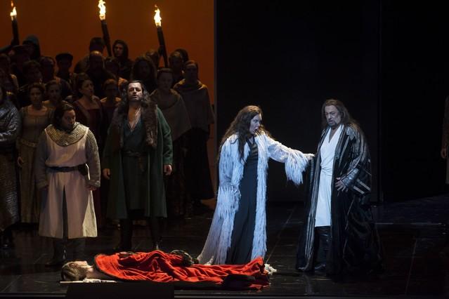 Plácido Domingo (derecha), en un momento del montaje de 'Macbeth'.