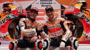 Marc Márquez y Jorge Lorenzo estrechan sus manos en la presentación de hoy, en Madrid, del equipo Repsol Honda.
