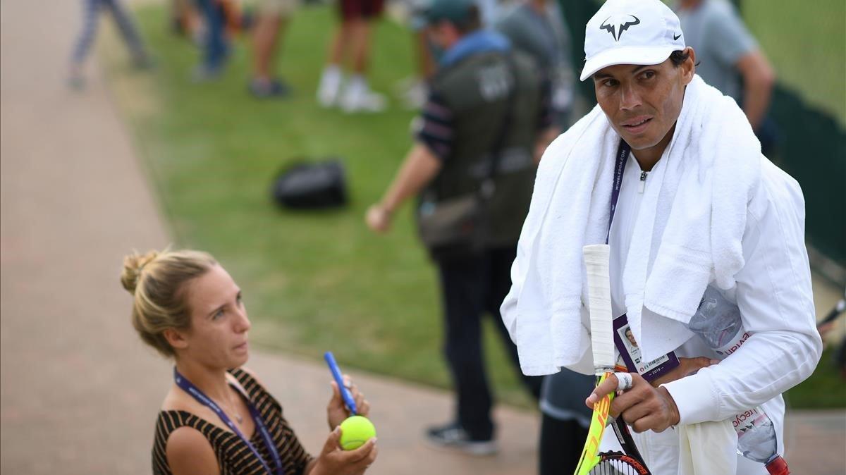 Rafa Nadal atiende a una fan en Wimbledon.