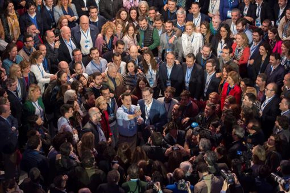 Mariano Rajoy (centro) posa junto a los galardonados en el acto de entrega del premio Iniciativa Buenas Prácticas Municipales que otorga el PP, durante la convención de ayer en Sevilla.