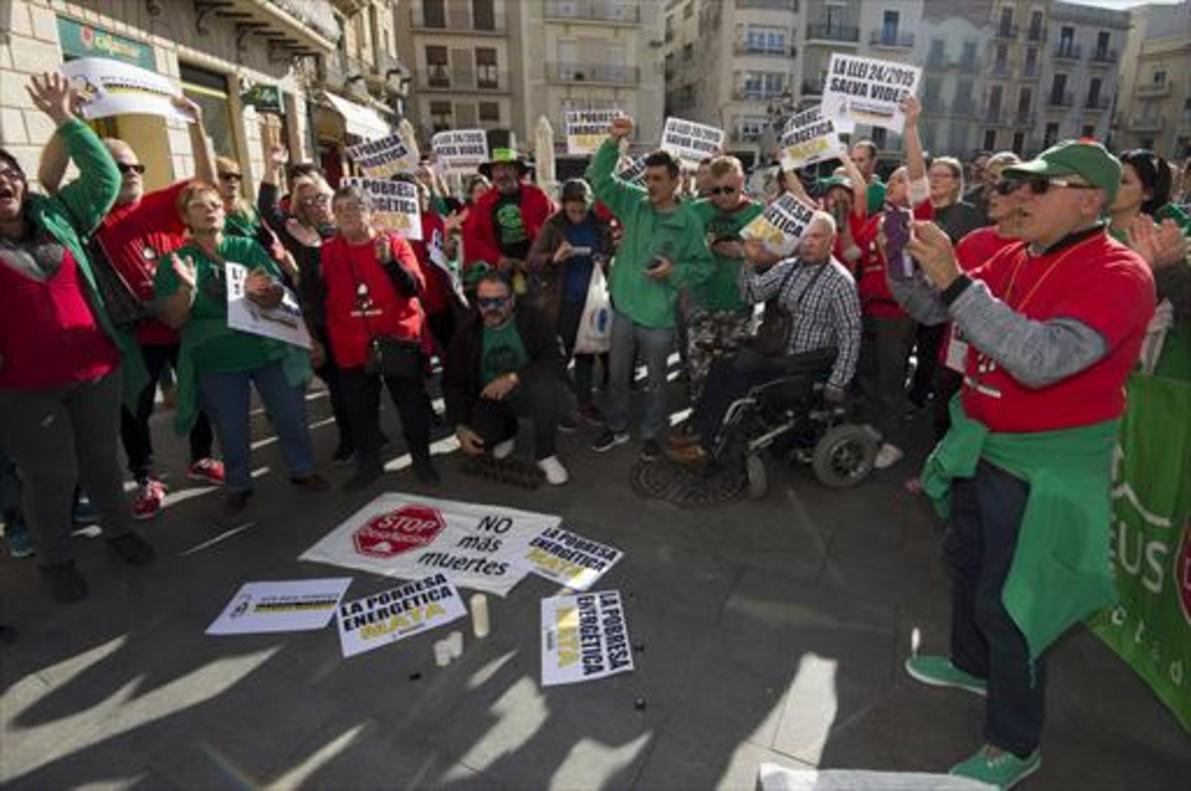Más de un centenar de personas se manifiestanen Reus contra la pobreza energética.