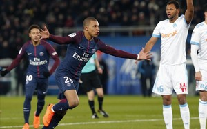 Mbappé celebra un gol con Neymar al fondo.