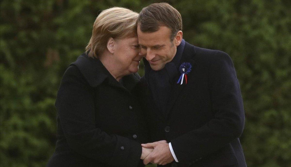 Merkel y Macron se abrazan tras descubrir una placa durante una ceremonia conmemorativa por el Armisticio, en Compiegne, Francia.
