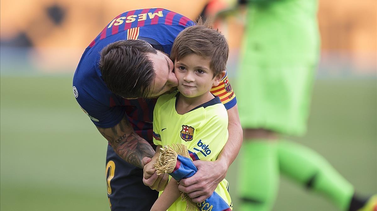 Messi se despide de su hijo Thiago antes del Barça-Huesca.