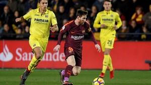 Messi esconde un balón ante la presencia de Rodri.