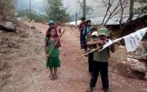 Menores reciben entrenamiento militar en una comunidad del estado de Guerrero, México.