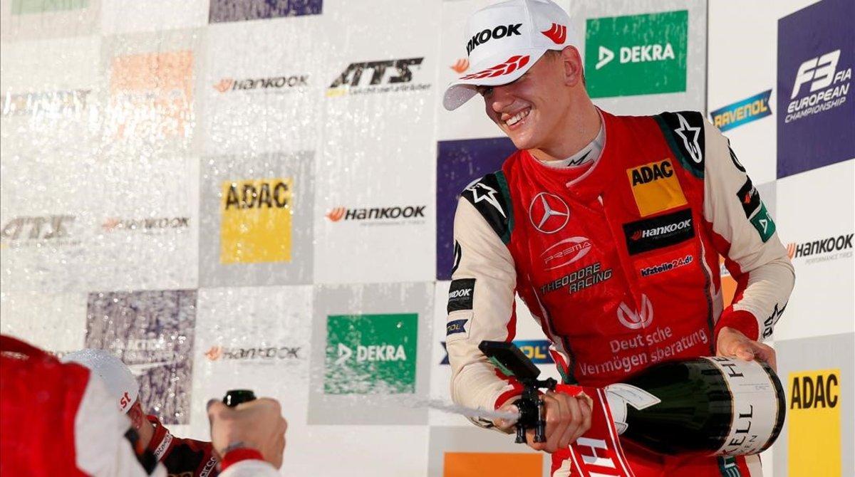 Mick Schumacher, hijo del mítico piloto alemán de F-1, ha celebrado hoy, en Hockenheim, el título de F-3 Europea.
