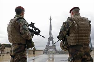 Militares franceses patrullan cerca de la torre Eiffel,en París.