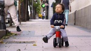 Un niño juega en la calle con su moto durante la hora permitida para los paseos infantiles, esta semana en Madrid.