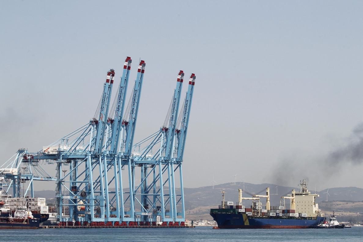 GRA482. ALGECIRAS (CÁDIZ), 21/06/2107.- Normalidad en las dos terminales de contenedores del Puerto de Algeciras (Cádiz) después de que los estibadores decidiesen no secundar la huelga tras el principio de acuerdo alcanzado con las empresas APM y TTI, que explotan dichas terminales. EFE/A. Carrasco Ragel