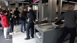 Nuevas medidas de seguridad en el templo de la Sagrada Família, con detectores de metales y arcos de acceso.