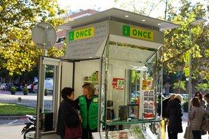 Nuevo modelo de quiosco de la ONCE en Esplugues.