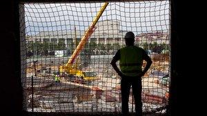 Imagen de archivo de un trabajador de la construcción en una obra en la plaza de las Glòries de Barcelona.