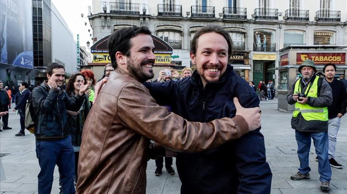 Pablo Iglesias y Alberto Garzón, en la Puerta del Sol, donde anunciaron el acuerdo de coalición entre Podemos e IU el 9 de mayo de 2016.