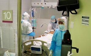 Un paciente con covid-19 recibe atención en un box de la UCI del Hospital de Mataró.