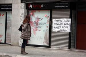Pancartas de protesta en la clínica Funnydent de Mataró.