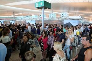 Passatgers de laeroport del Prat en loperació sortida de lestiu.