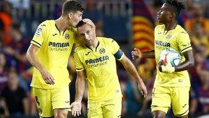Pau Torres felicita a Santi Cazorla por su gol al Barça en la visita del Villarreal al Camp Nou.