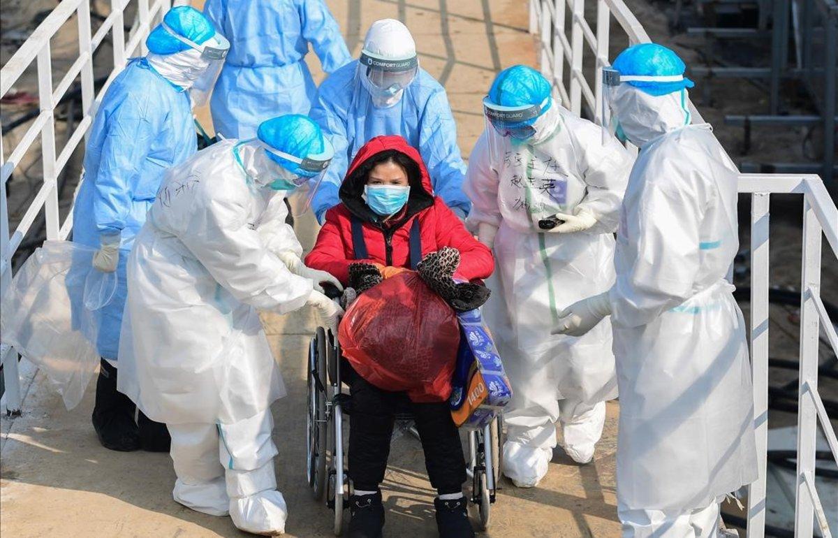Personal médico traslada a un paciente afectado por el coronavirus al nuevo hospital de Huoshenshan, en Wuhan.