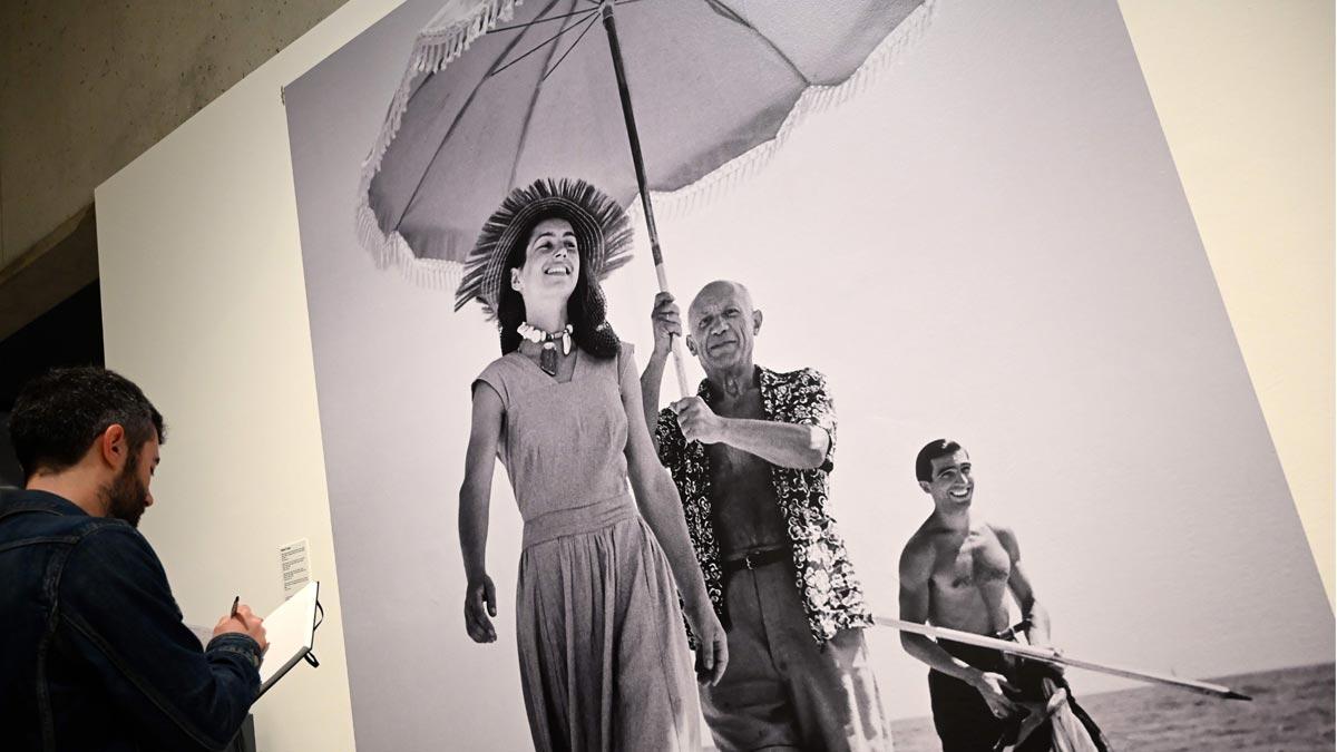 'Picasso, la mirada del fotógrafo', en el Museu Picasso de Barcelona, explora la relación del artista malagueño con la cámara.