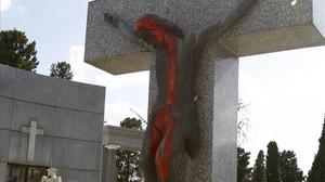 Pintadas sobre una tumba en el cementerio de la Almudena.