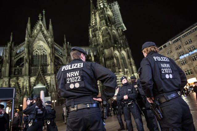 Policías ante la catedral de Colonia.