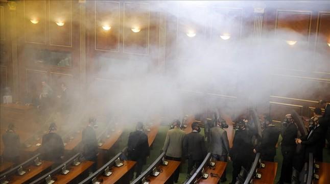 Policías con máscaras acceden a la Cámara para retirar la bomba con gas lacrimógenes lanzada por la oposición, este viernes.