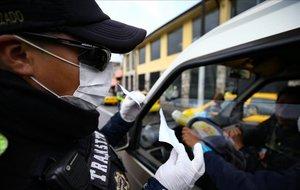 Policias realizan controles en las calles por el Covid-19este martesen Quito